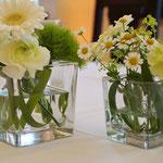Gläser mit  Germini, Ranunkel, Kamille und Nelken