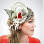 """""""Stella Blum"""" : Haargesteck aus Strohgewebe, Dupionseidenschleife und Seidenblüte, rechts zu tragen."""