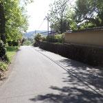 長い塀のある民家が右になるので、その塀の切れ目を右に入ります。