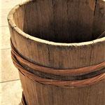 このような木桶で仕込みます。いまは業務用の桶もほとんどがステンレスになってしまいましたから、こうした木桶仕込みは小さな規模だからできることでもあります。