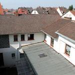 Der Innenhof des Wohnheims - mit Sonnendach..
