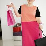 An diesem Kleid im Colour-Blocking-Stil gefallen mir die fröhlichen Farben und der kleine dezente Ärmel.