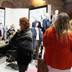 Die neue Firma 'Studio Untold' gehört auch zu Ulla Popken. Lisa und Verena vom Studio Untold vertreten aber eine jüngere flippigere Linie.