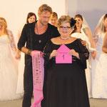 Melanie Hauptmanns verkündet die Siegerin (neben ihr: Nico Schwanz) - Foto: RTL Interactive/ Annchristin Gebhardt