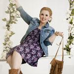 Lässig hinein in den Frühling: Mit Kleid und Jeansjacke.