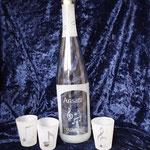 Flasche mit Aufschrift: Ansatzwasser, drei Gläser mit Notenmotiv