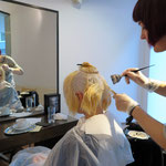 unsere Anna beim Vorbereiten der Haarfarbe ...