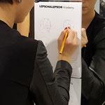 unsere Natascha beim zeichnen ihrer Schnittidee