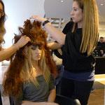 ... Theresa krönt ihr Model mit ihrem Avantgarde-Kunstwerk aus Haaren ...