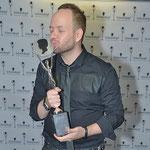 Alexander Lepschi auf Kuschelkurs mit seiner AVANTGARDE Hall Of Fame Trophäe