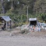 Überall an der Strasse finden sich Gedenkstätten und viele deponieren Wasser