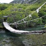 Malerische Hängebrücke am Lago Desierto