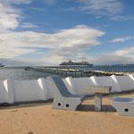 Punta Arenas: Vandalensichere Stühle und Tische, im Hintergrund Kreuzfahrtschiffe