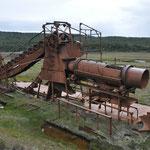 Bubentäume: riesiger und alter Goldschürfbagger von 1904 in der Pampa von Tierra del Fuego