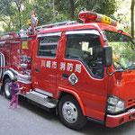 実物の消防車に子どもは興味津々