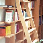 Bibliotheksleiter mit Aushängesicherung