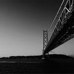 白いトラスト橋