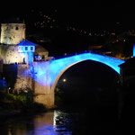 Zur Feier des 09. Mai in den Farben der bosnischen Flagge angestrahlt