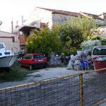 Unsere Mopeds inmitten von Müllbergen
