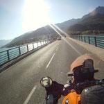 Über eine Brücke queren wir den See