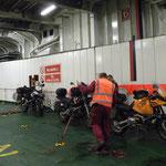 Die Mopeds werden verzurrt....