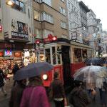 Historische Straßenbahn auf dem Weg zum Taksim-Platz