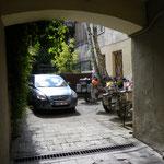 Die Mopeds sind im Hinterhof verräumt