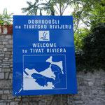 Ansicht der Bucht von Kotor - das weiße auf dem Schild ist das Meer...