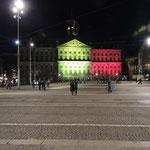 Erst später erfuhren wir den traurigen Hintergrund - der Königspalast in Belgiens Nationalfarben