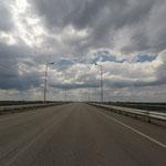 Zwischen den beiden Grenzposten rollen wir über den Dnepr