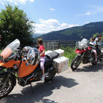 Bei einer Pause oberhalb des Stausee´s wurden unsere Mopeds erfolgreich von zwei jungen Damen gekapert... :)