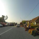 Wochenmarkt am Straßenrand