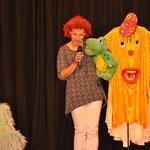 Unsere Kollegin, Heidi Keppler mit Kroky beim Tag der Zahngesundheit auf der Bühne.