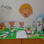 Ein Ausstellungstisch mit Zahnfreundlichen Materialien und Nahrungsmitteln.