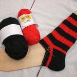 1. FCN RIppenstinos - rot: REGIA silk, schwarz: unbekannt