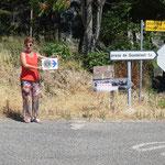 Auf Erkundungsfahrt im August: Richtungsanzeige zum Stausee von Guadalest