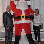 Jochen und Kisten mit dem Nikolaus in Übergrösse