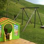 Kinderspielplatz umgeben von unberührter Natur