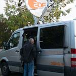 Marco Giacopuzzi fragt mal vorsichtig bei den Kollegen vom ZDF, ob sie uns Strom abgeben können: Für den schwächlichen Kranwagen, der mit Akkus läuft.