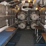La camera di lancio con alcune brande estratte, i tavoli per la mensa e gli stipetti per le dotazioni personali dell'equipaggio.