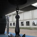 La particolare ancora del sommergibile installata sotto la chiglia