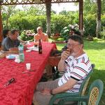 Espressione soddisfatta, sigaro Avana in bocca, bicchiere di rum cubano per accompagnare.......    cosa c'è di meglio per  perdere le prossime due partite?