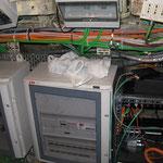 Interno del locale radio, molto angusto. Molti apparati sono stati rimossi prima della musealizzazione.