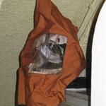 Maschera Scott estratta dalla sua custodia. Questa maschera consente, in situazioni di emergenza, di disporre di 15 minuti di aria respirabile.
