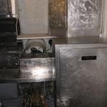 Cucina di bordo e sulla sinistra il frigorifero