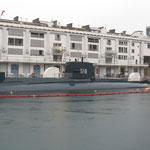Il sommergibile ormeggiato davanti al museo.