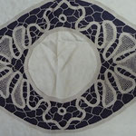 French table-cloth. Linen with incredible embroidery and lace work. 138 x 100. € 330