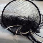 Teller Fascinator, weiss/schwarz, Naturstroh mit Federn €115 SOLD