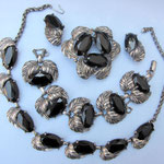 ELSA SCHIAPARELLI, Parure, schwarze Glassteine, Weissmetall, 50er Jahre