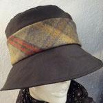 Auch ein OLNEY Regenhut, aus gewachster Baumwolle mit Tweedband. €98
